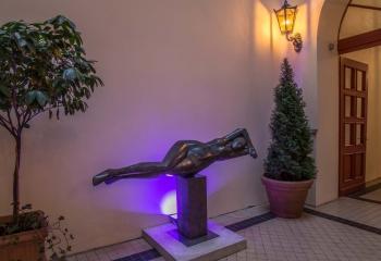Skulpturenaustellung im Eingangbereich